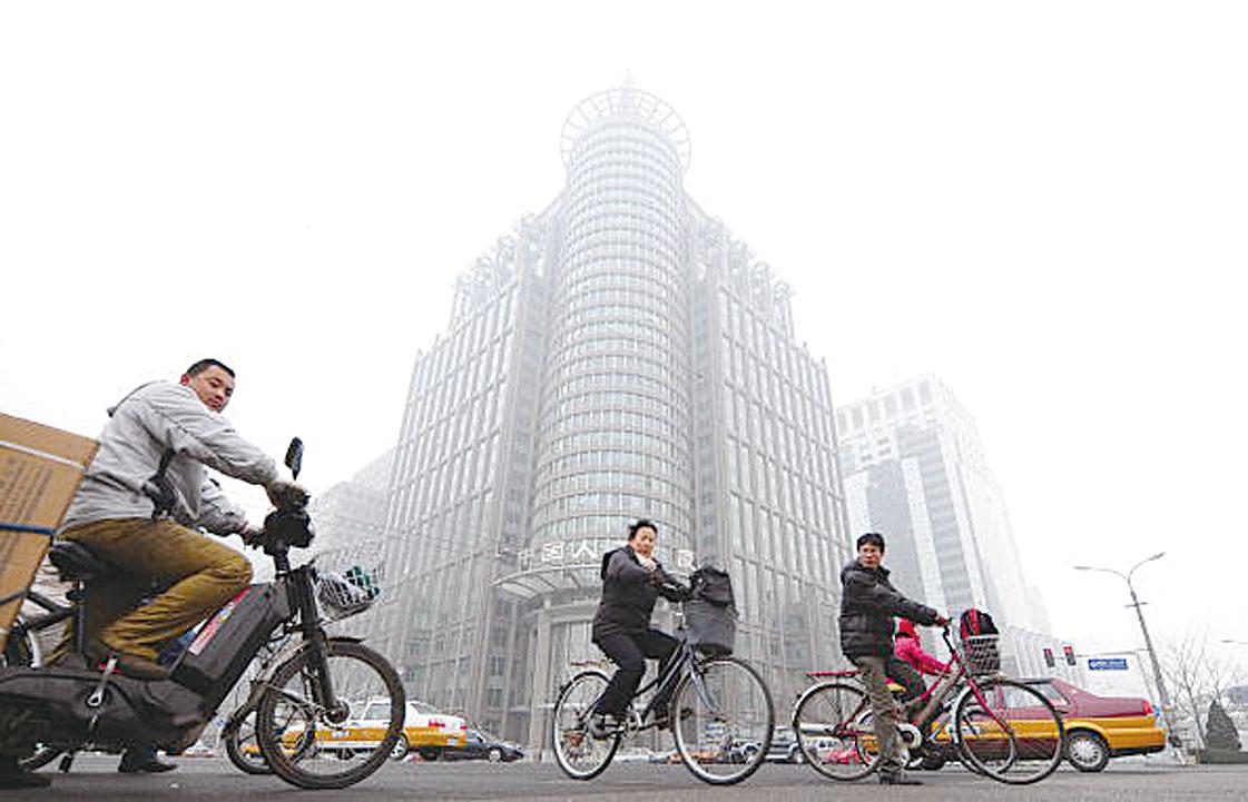 中國中產階級的擴大早就停止,這一階級最輝煌的擴張曾在10年前達到佔人口23%這一比例,此後一直在縮小。圖為北京街道一隅。(FREDERIC J. BROWN/AFP/Getty Images)