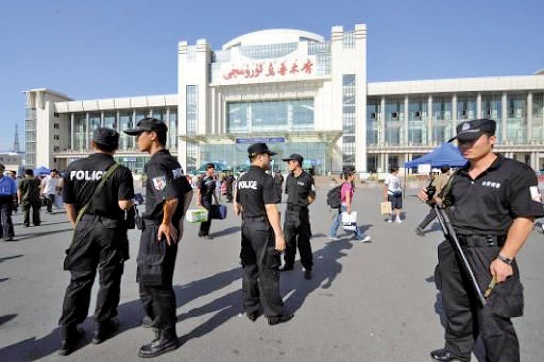 中共對新疆採取極端監控,新疆被指成為一個露天監獄。圖為烏魯木齊火車站前的大量特警。(AFP)