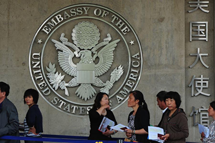 路透社日前引述美國官員和國會消息人士的話稱,出於對可能的間諜活動的擔憂,特朗普政府正在考慮對到美國留學的中國學生進行新的背景調查及增加其它限制。(MARK RALSTON/AFP/GettyImages)
