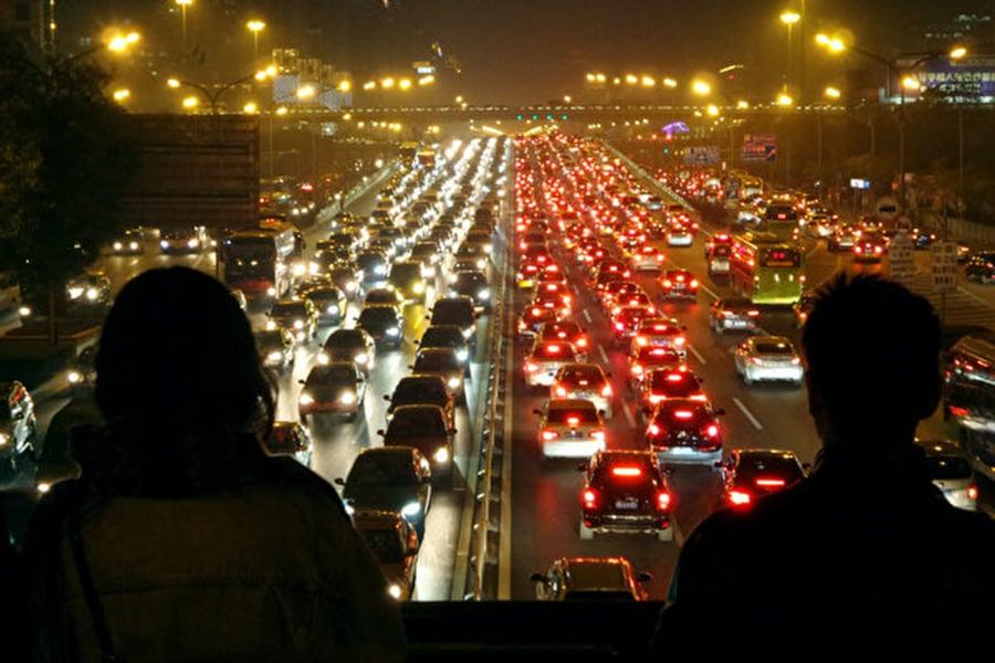 兩百多家在中國的車廠將用戶的汽車定位資訊等系列數據資料傳送給了中共當局。圖為北京交通。(Getty Images)
