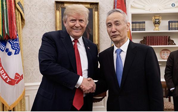 5月美國總統特朗普與赴美談判的中共國務院副總理劉鶴合照。(網絡截圖,特朗普個人推特)