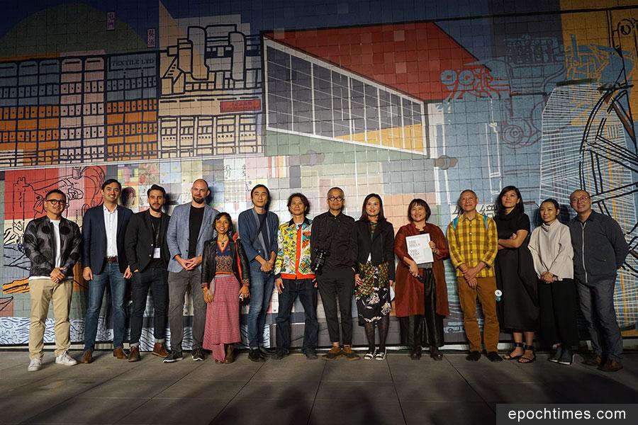 出席六廠紡織文化藝術館開幕酒會的一眾嘉賓合照。(曾蓮/大紀元)