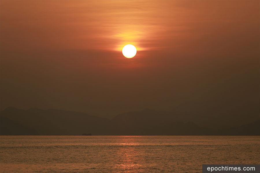 從返回市區的渡輪可見天邊徐徐落下的夕陽。(陳仲明/大紀元)