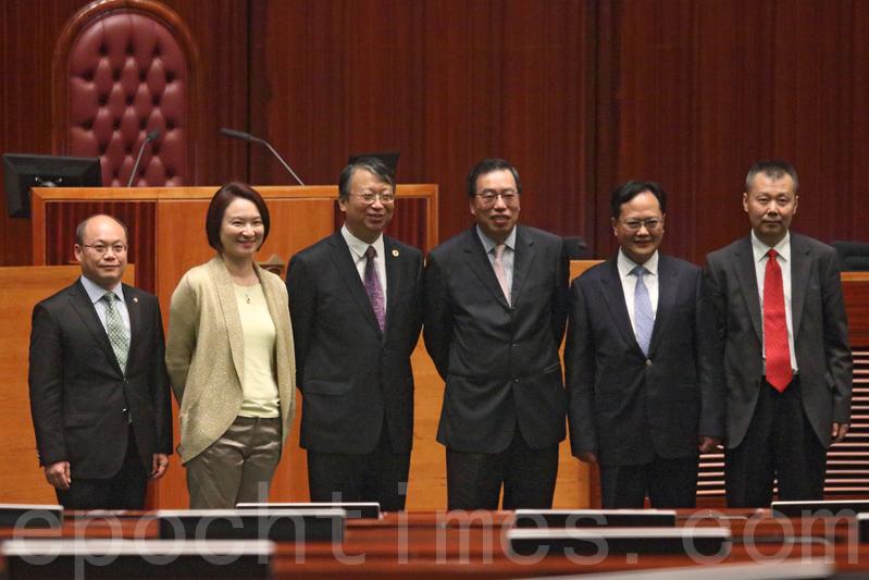 基本法委員會主任沈春耀(左三)昨日參觀立法會,沒有回應傳媒提問便離開。(蔡雯文/大紀元)