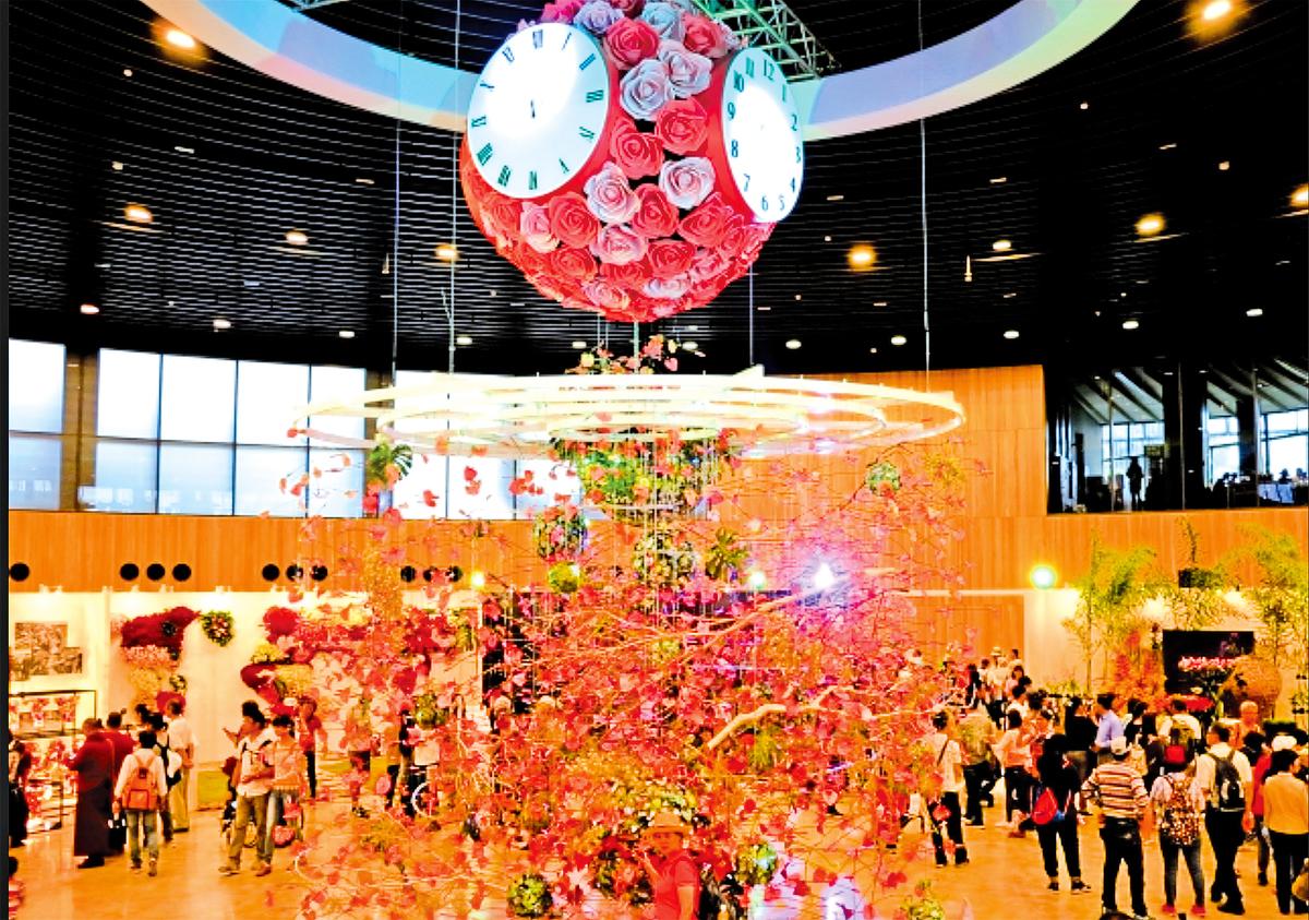 花舞館中七米高的花鐘,會定期更換主題。