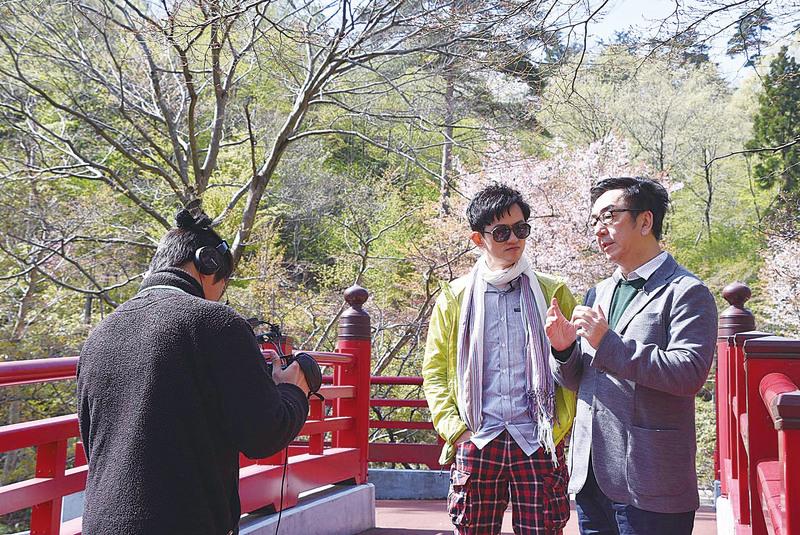項明生夥陶傑(右)遊日本,讚佩才子陶傑的學識淵博。( 項明生 Facebook)
