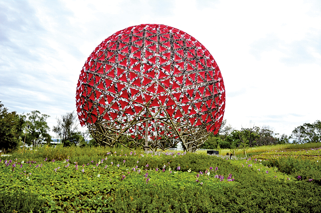 后里花博展場中最大的一朵花「聆聽花開的聲音」。