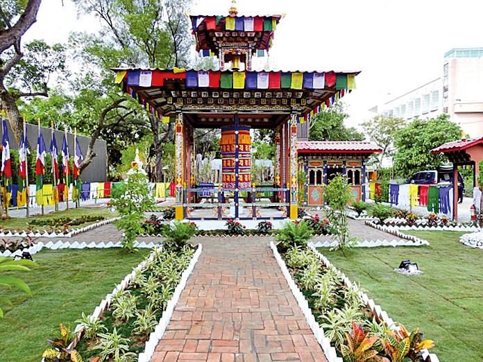 不丹國際庭園區,以紅黃藍白綠等彩幡佈置成的庭園。