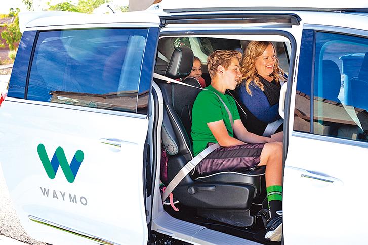 Waymo自駕車獲准在加州可以在沒有安全駕駛員的情況下上路測試。圖為Waymo在亞利桑那州鳳凰城邀請民眾自願參加自駕車試乘計劃。(Waymo)