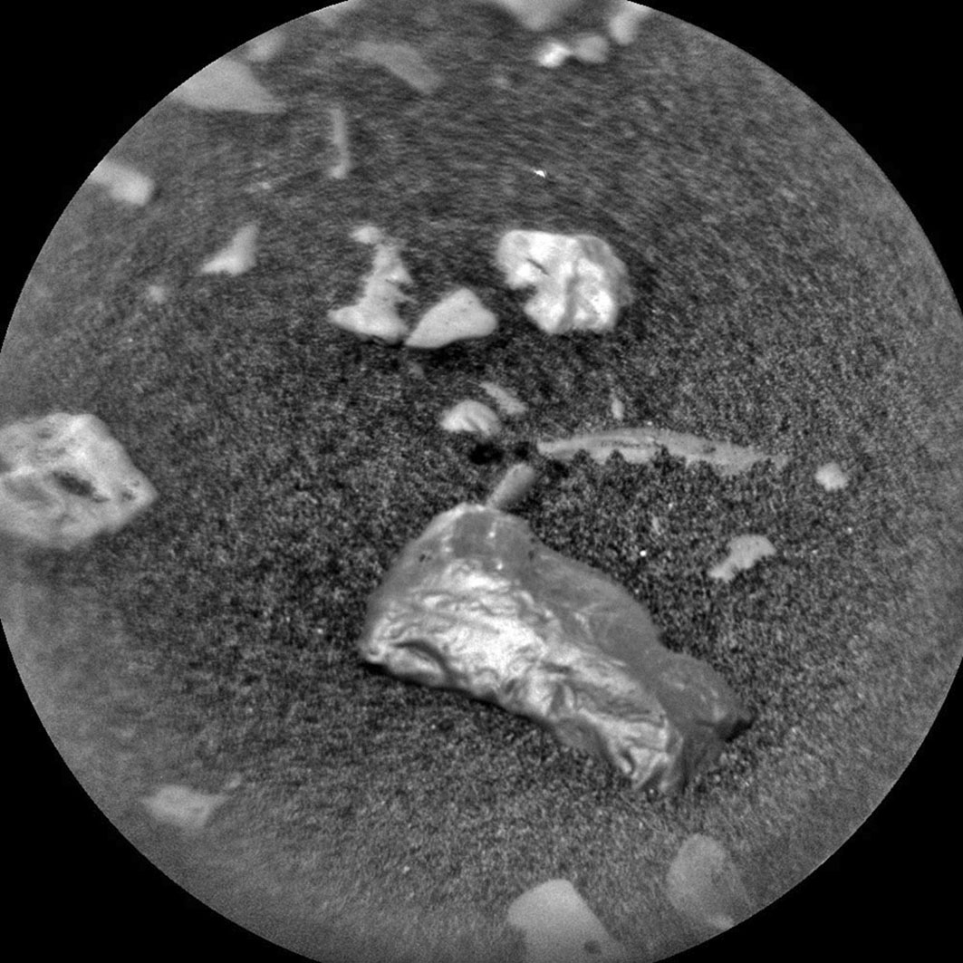 「好奇號」(Curiosity)勘探車在火星上發現了一個閃亮的物體,看起來像個金塊。圖為此物體的近距離照片。(NASA)
