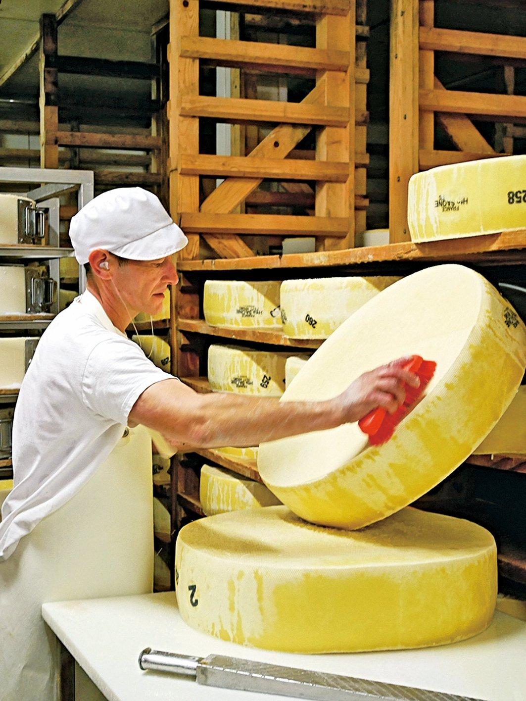 法蘭琪-康堤是芝士之鄉,工廠裏的工作人員正在處理芝士。