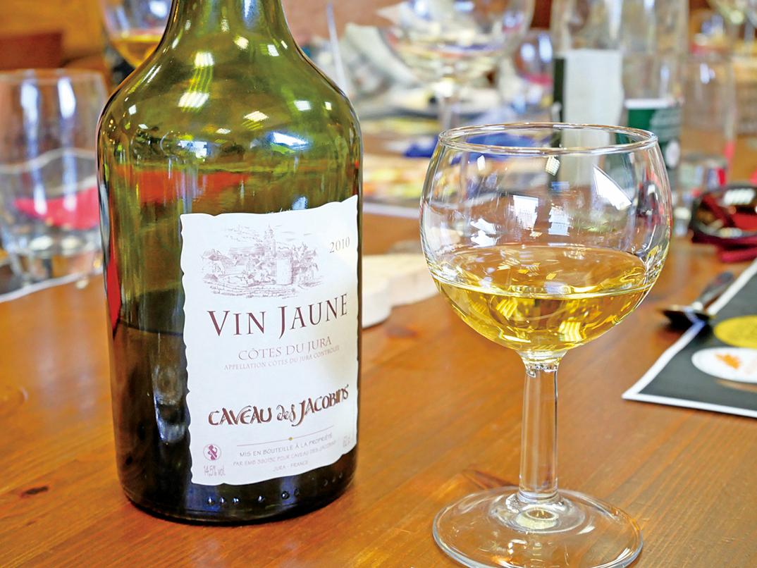 色澤金黃的黃葡萄酒。