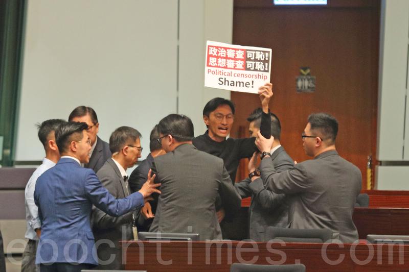 朱凱廸被立法會主席梁君彥逐出會議廳。(李逸/大紀元)