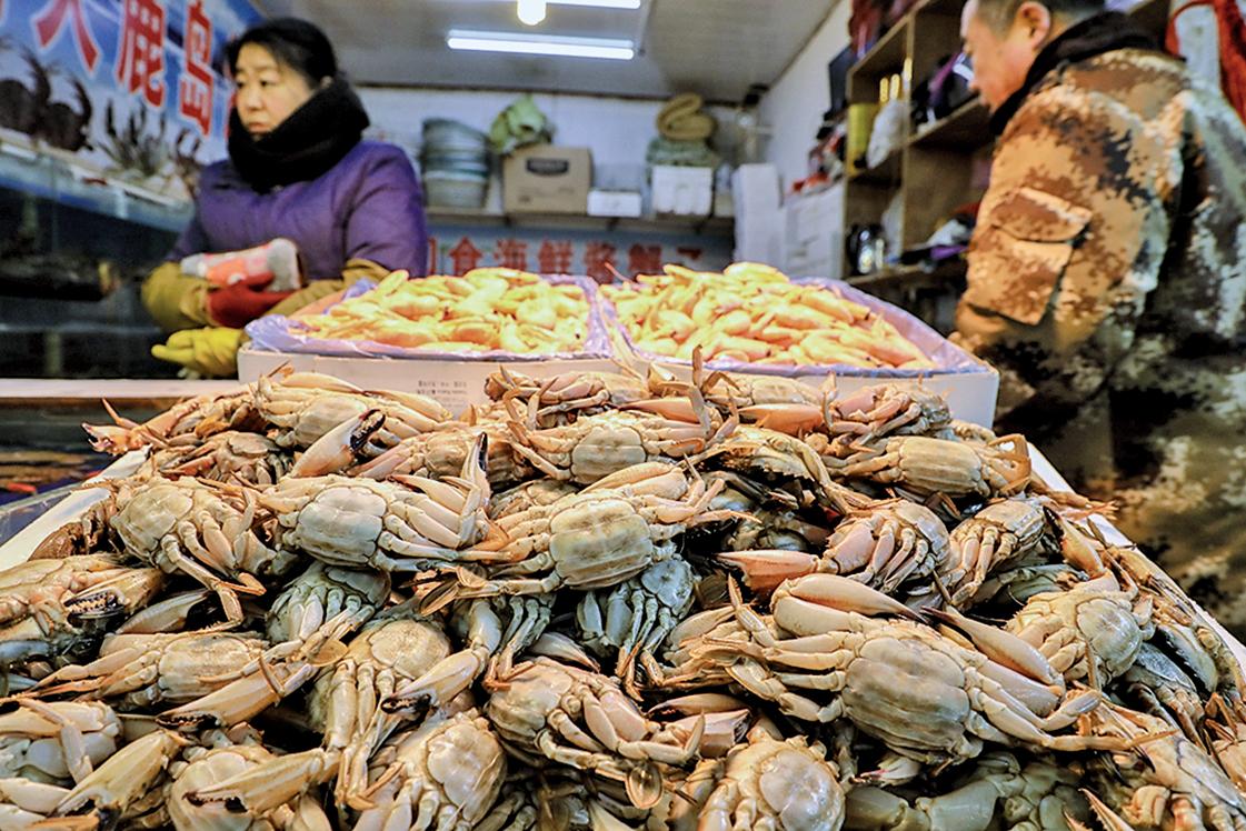 今年 2 月,遼寧丹東海鮮市場的螃蟹攤。(大紀元資料室)