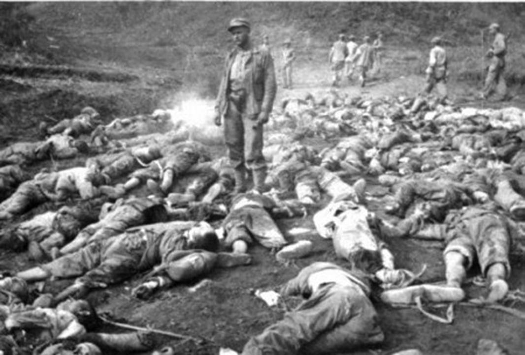 韓戰中,中國士兵屍橫遍野。(公有領域)