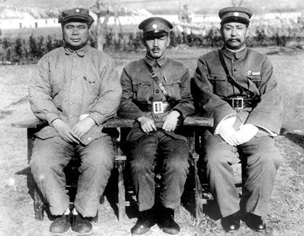 中原大戰前夕,閻錫山(右)、蔣介石(中)和馮玉祥(左)在中國國民黨會議中合影。(公有領域)