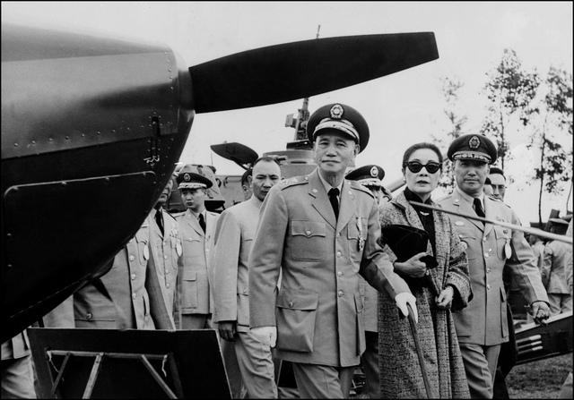 1961年12月,最高統帥蔣介石(中)也是國民黨的總裁,由蔣夫人與次子蔣緯國將軍(右)陪同,參觀一場在台北舉行的空軍展覽。(AFP/Getty Images)