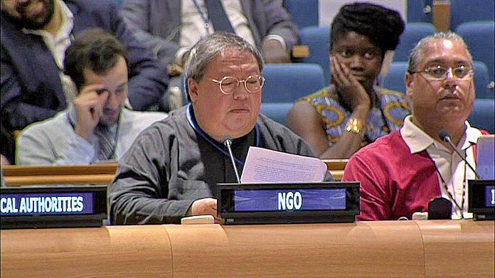 何志平(前排左)2016年代表中華能源基金會在紐約聯合國總部的會議發言。(影片截圖)