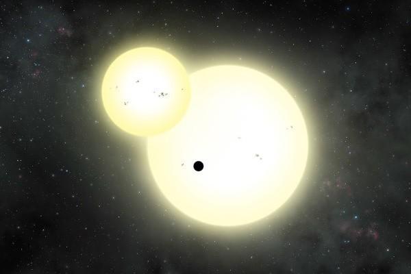 科學家利用美國太空總署(NASA)開普勒太空望遠鏡取得的數據,在太陽系之外發現一個同時環繞兩個恆星運行的行星,是已知次類行星中最大一顆。(NASA)