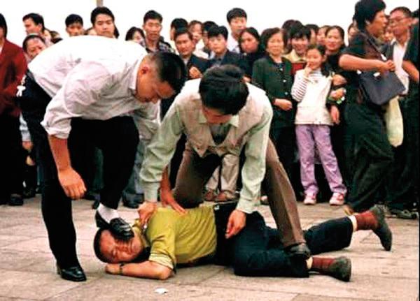 中共軍警和便衣在天安門廣場肆意毆打、非法抓捕法輪功學員。(明慧網)