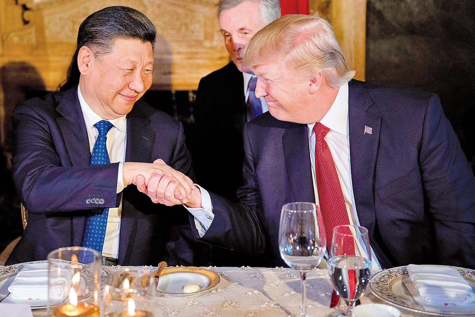 特朗普(右)一再強調和習近平(左)是好朋友。圖為雙方在阿根廷的晚宴上握手言歡。(JIM WATSON/AFP/Getty Images)