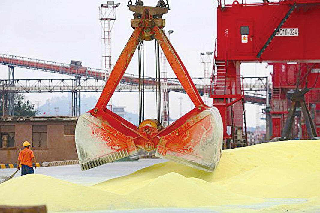 貿易戰停火,美國的收穫在關稅協議之外。專家說,評判貿易戰輸贏,應該看其最初設定目標。圖為中國江蘇南通港口在裝卸進口的大豆。(AFP/Getty Images)