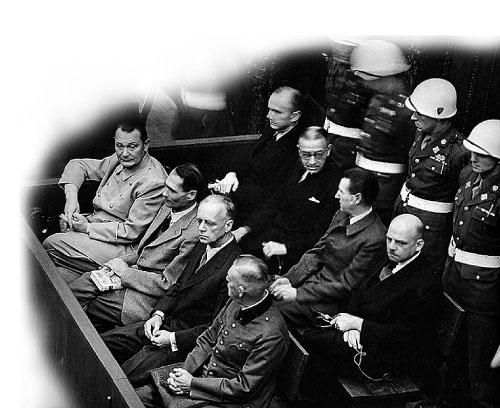 紐倫堡審判中,很多納粹頭目被判死刑或終生監禁。(維基百科)