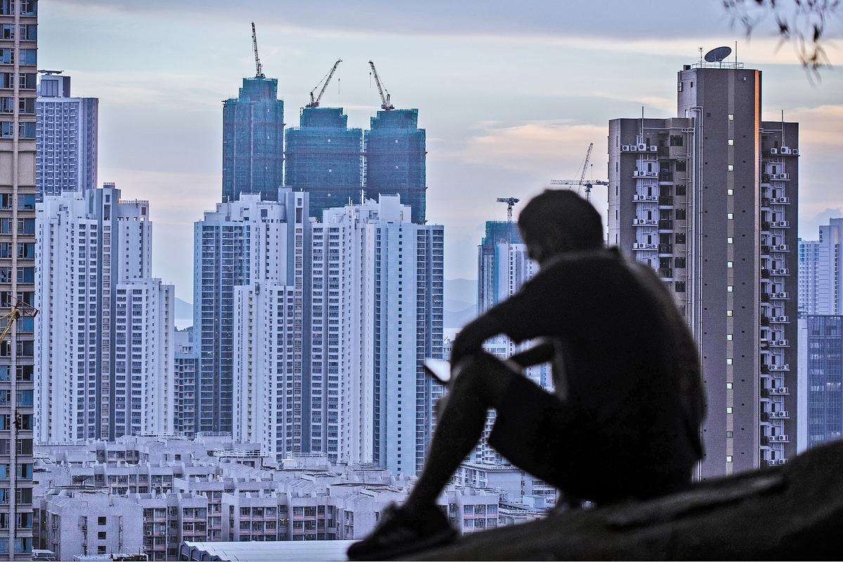 各害取其輕,香港人根本沒有選擇,向現實低頭,被迫高價置業,包括數名官員及立法會議員,於今年初高價入市置業。(PHILIP FONG/AFP/Getty Images)