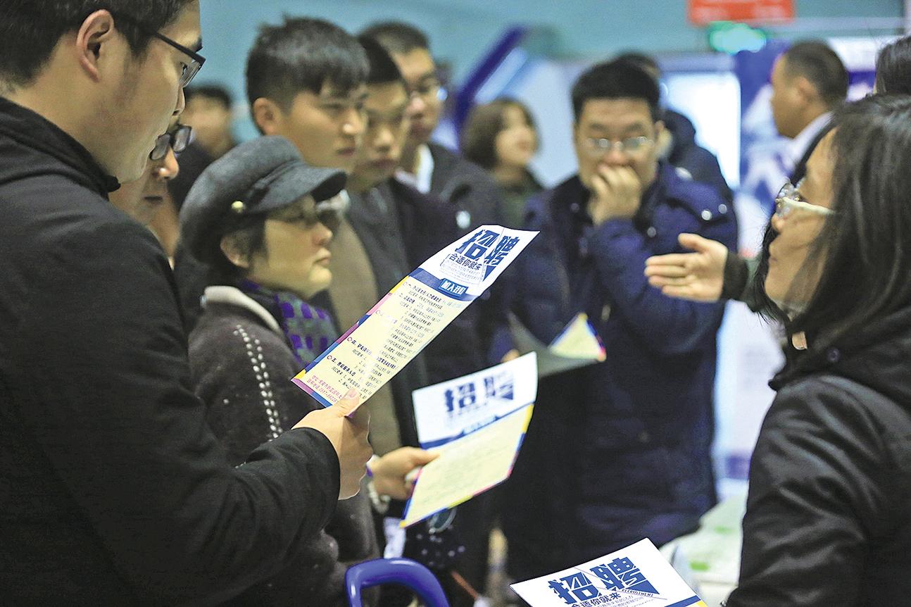 12月1日江蘇淮安招聘會現場,有很多求職者前往應聘。(大紀元資料室)