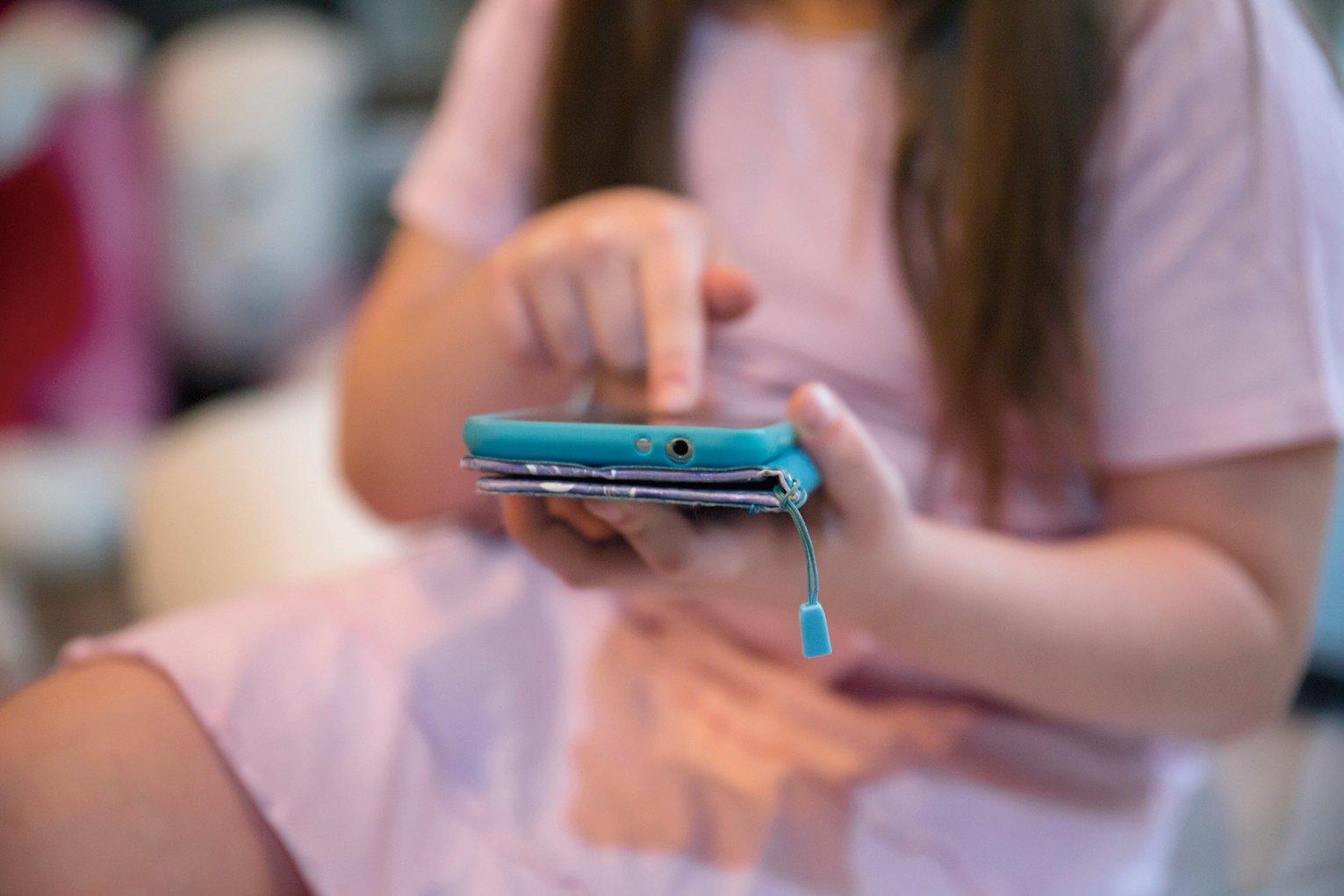 英國一項最新研究發現,手機保護用外殼的骯髒程度超乎想像,皮套的骯髒程度更是廁所板的17倍。(Freepik)