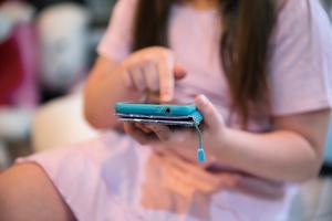 英研究:手機皮套比廁所板髒17倍