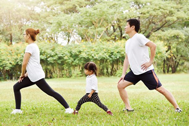 哈佛大學一份追蹤約30年的研究顯示,保持五個健康生活習慣,可以至少多活十年。(Shutterstock)