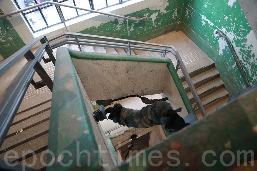 活化後的南豐紗廠,仍保留不少昔日面貌。圖為紗廠後樓梯。(陳仲明/大紀元)