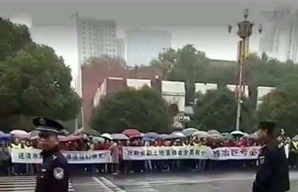 湖南株冶近千職工市府前抗議「要生存」