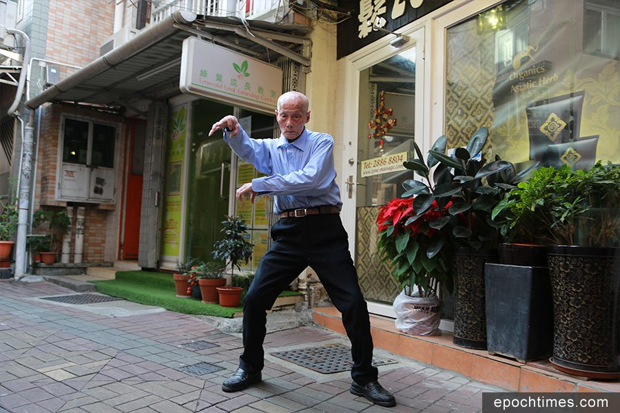 謝伯在店舖旁的空地上示範少林鷹爪功。(陳仲明/大紀元)