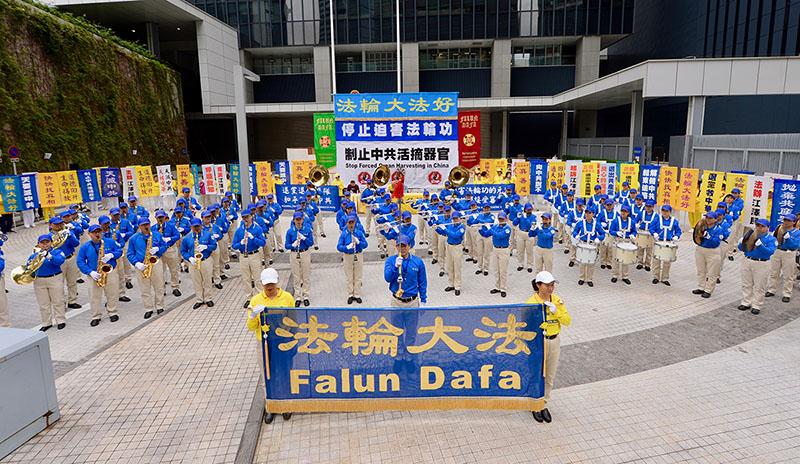 12月9日上午,法輪功反迫害集會在香港政府總部的「公民廣場」舉行前舉行,圖為天國樂團在集會前演奏。(宋碧龍/大紀元)