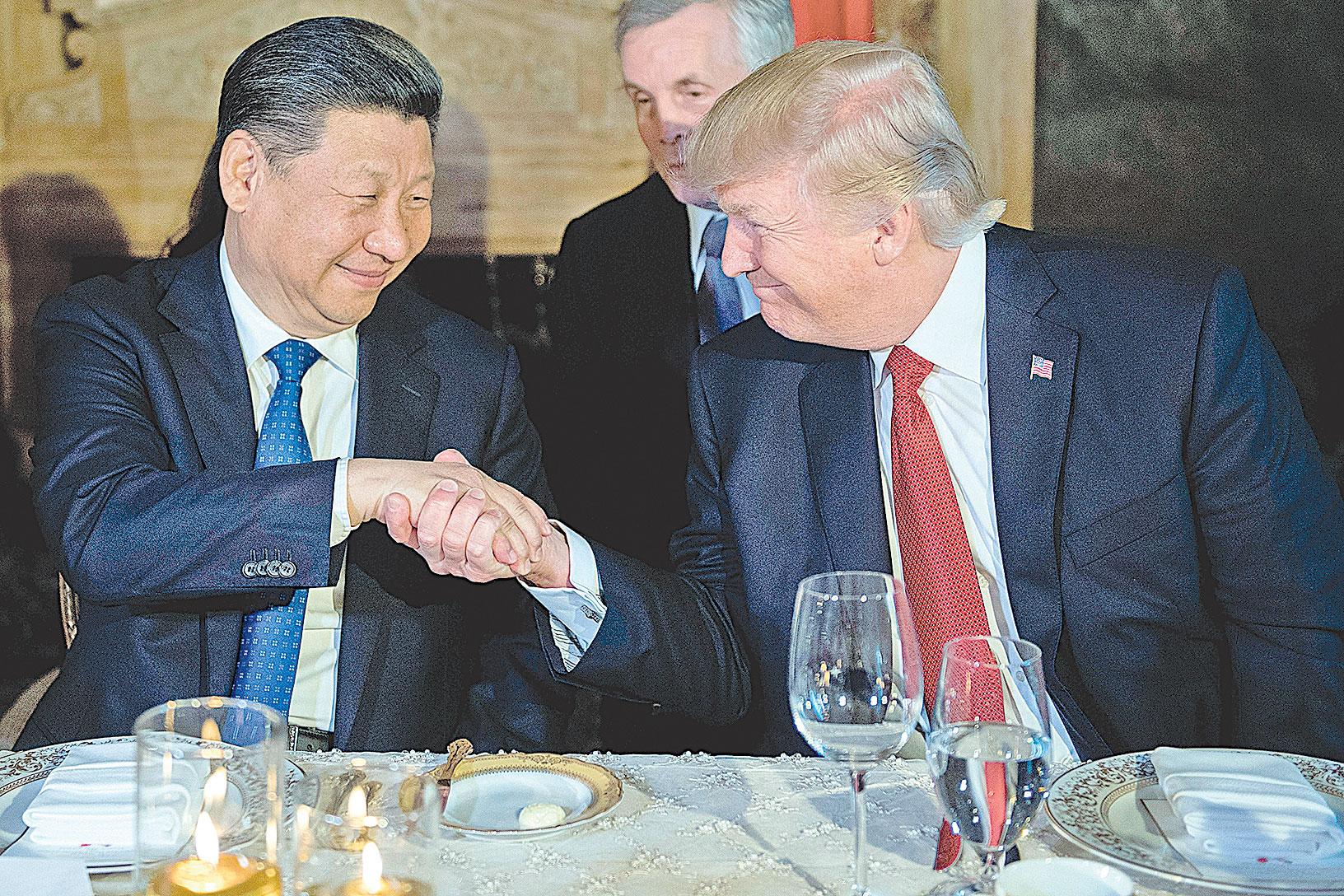 12月1日晚,美國總統特朗普和習近平在阿根廷進行貿易談判。圖為特朗普和習近平會面資料照。(JIM WATSON/AFP/Getty Images)