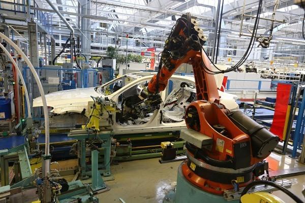 一個庫卡公司的機械人手臂2014年1月24日在平治汽車生產線上裝配。(Thomas Niedermueller/Getty Images)
