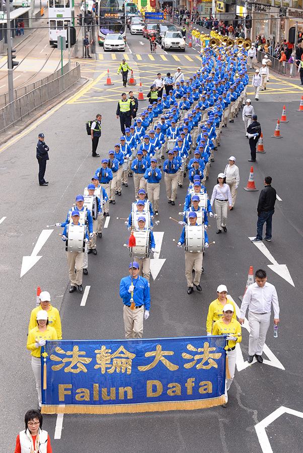 香港法輪功學員12月9日舉行國際人權日大遊行,呼籲制止中共對法輪功的迫害,圖為遊行隊伍途經銅鑼灣鬧市。(宋碧龍/大紀元)