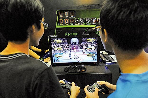 玩電玩除會上癮外,部份更會引致孩童暴力傾向。(fotolia)