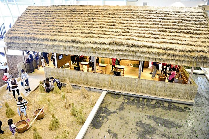 樂農館中用稻梗建構的大穀倉,散發著濃烈的稻草香氣。