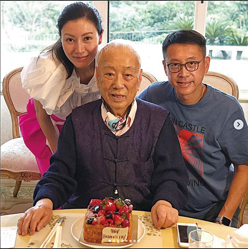 李嘉欣曾在Instagram曬出與丈夫及老爺合照。(李嘉欣IG)