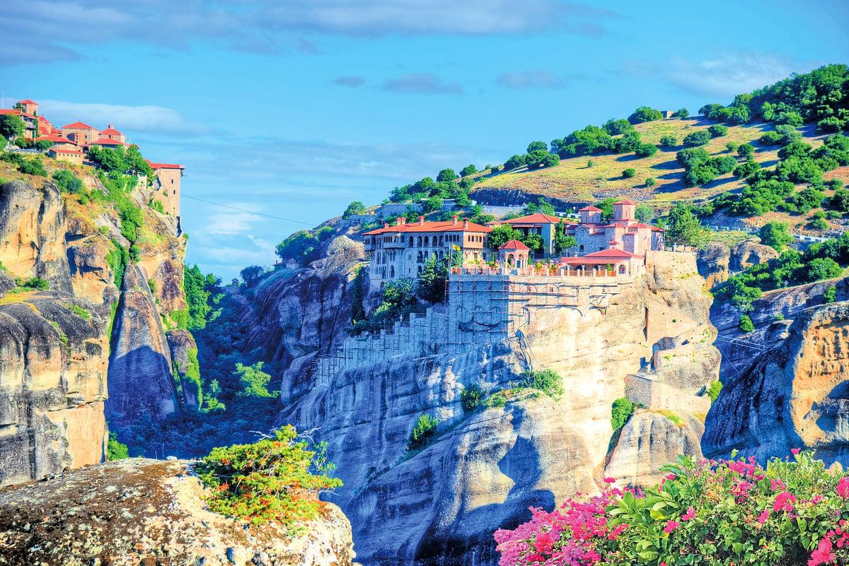 邁泰奧拉位於希臘中部,當中有24座寺院(其中6座為完好)矗立在天然的砂岩支柱上。1988年,邁泰奧拉被列入聯合國教科文組織世界遺產名錄。