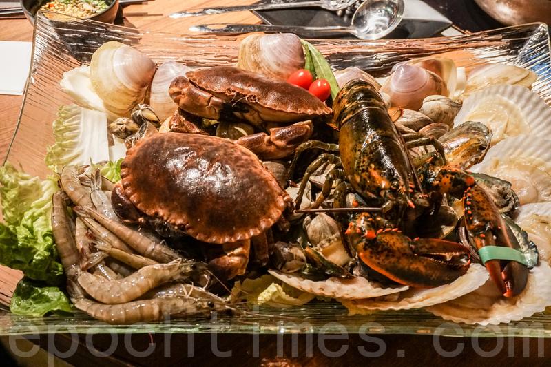 宮廷海鮮鍋包括龍蝦、鮑魚、帶子、麵包蟹、貴妃蚌、鮮蝦和蜆等海鮮。