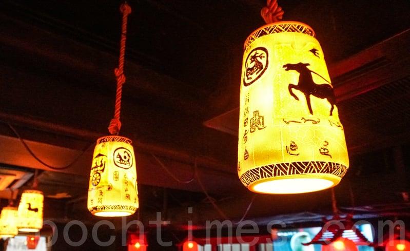 餐廳有部分燈上有馬的剪影。
