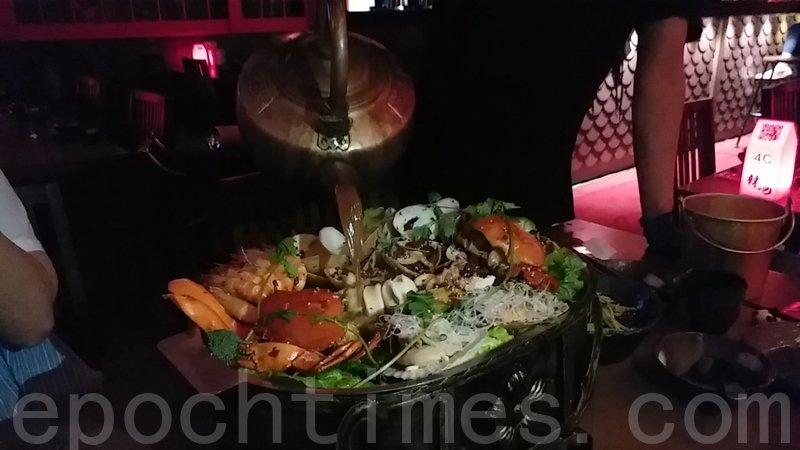 海鮮鍋的辣汁由侍應即場注入。