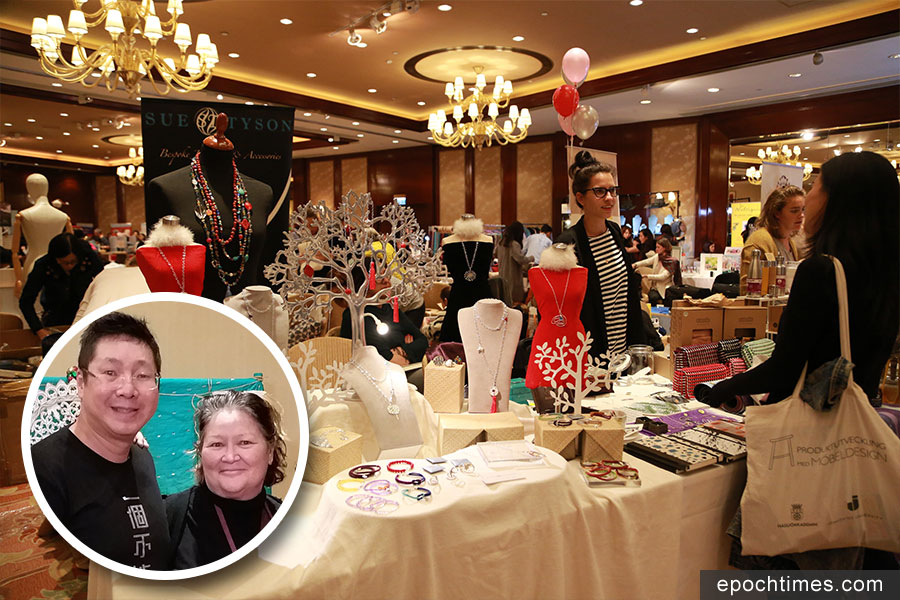 Prestige Fairs聖誕市集。小圖為Khamsay今年在聖誕市集中參與義賣活動,與好友Dr Allison Allan合照。(大圖:陳仲明/大紀元;小圖:受訪者提供)
