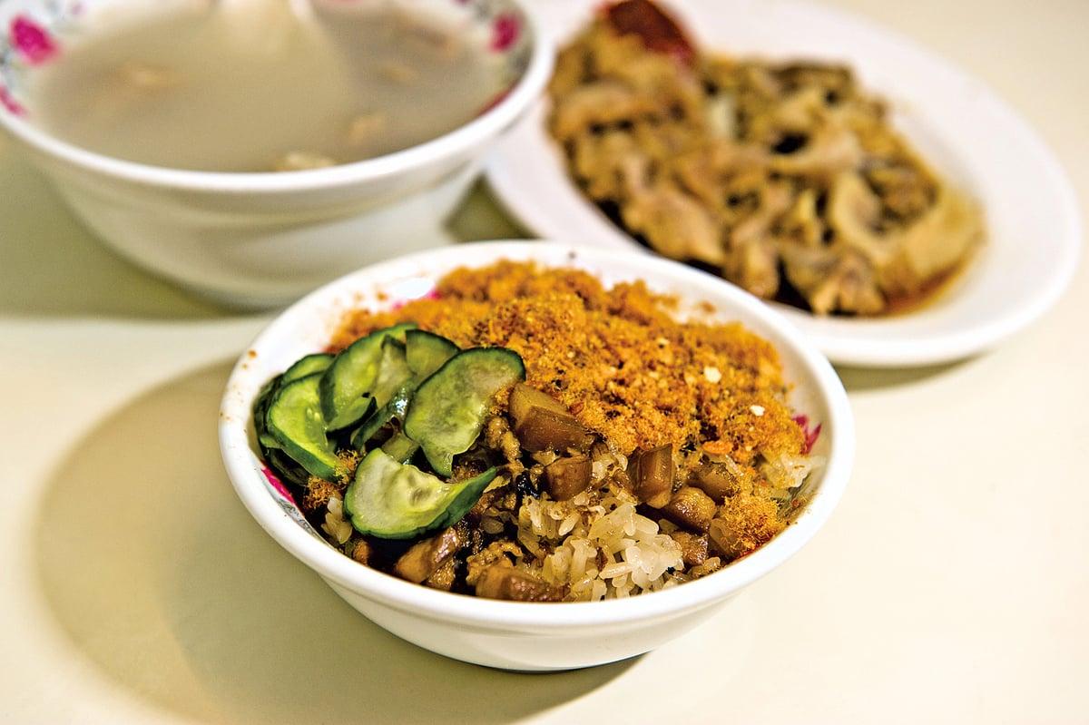 在台灣小吃店中,傳統的米糕常常搭配四神湯一起吃。