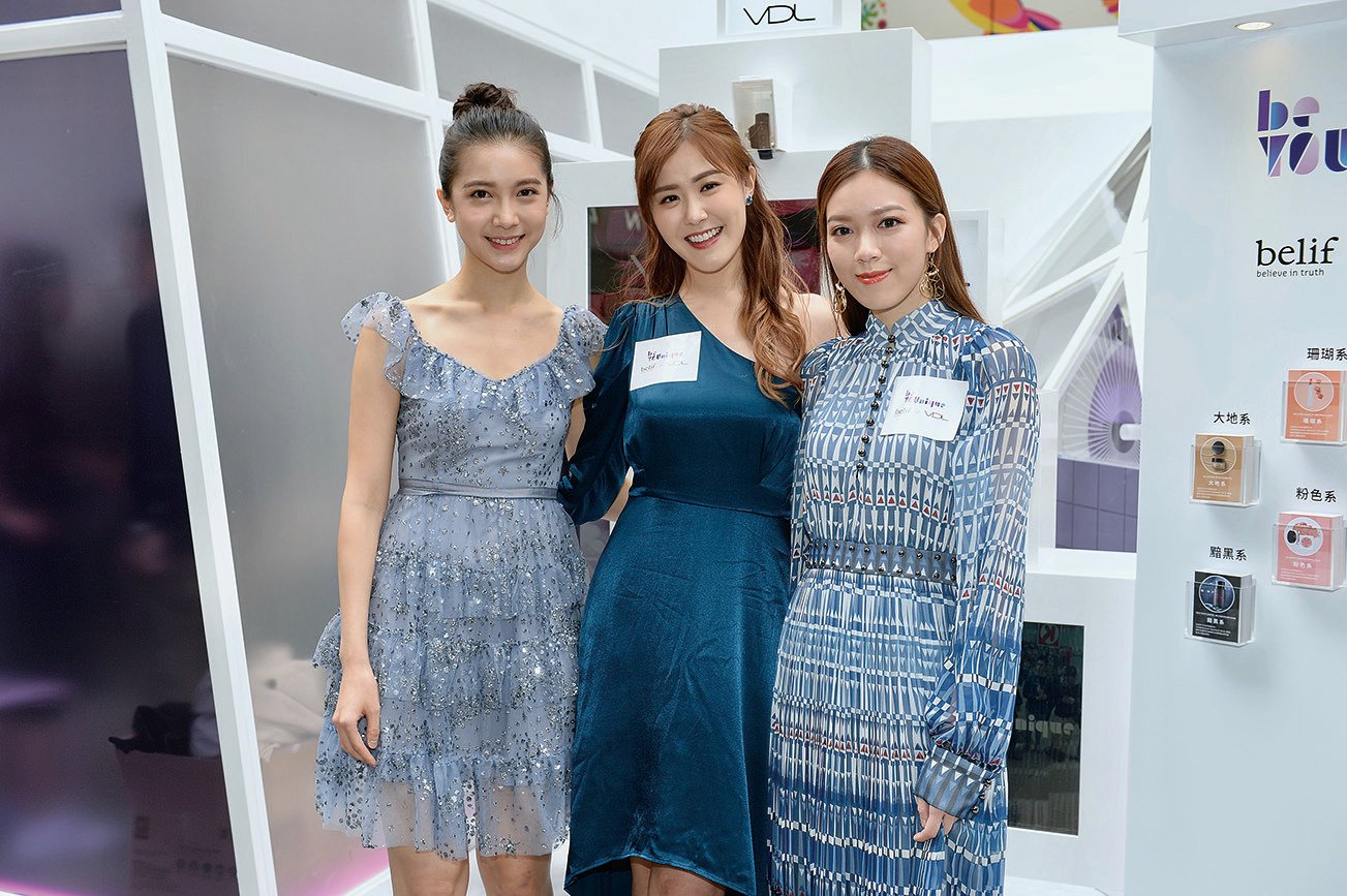 (左起)林宣妤、劉佩玥與黃芷晴現身美容產品活動合影。(宋碧龍/大紀元)