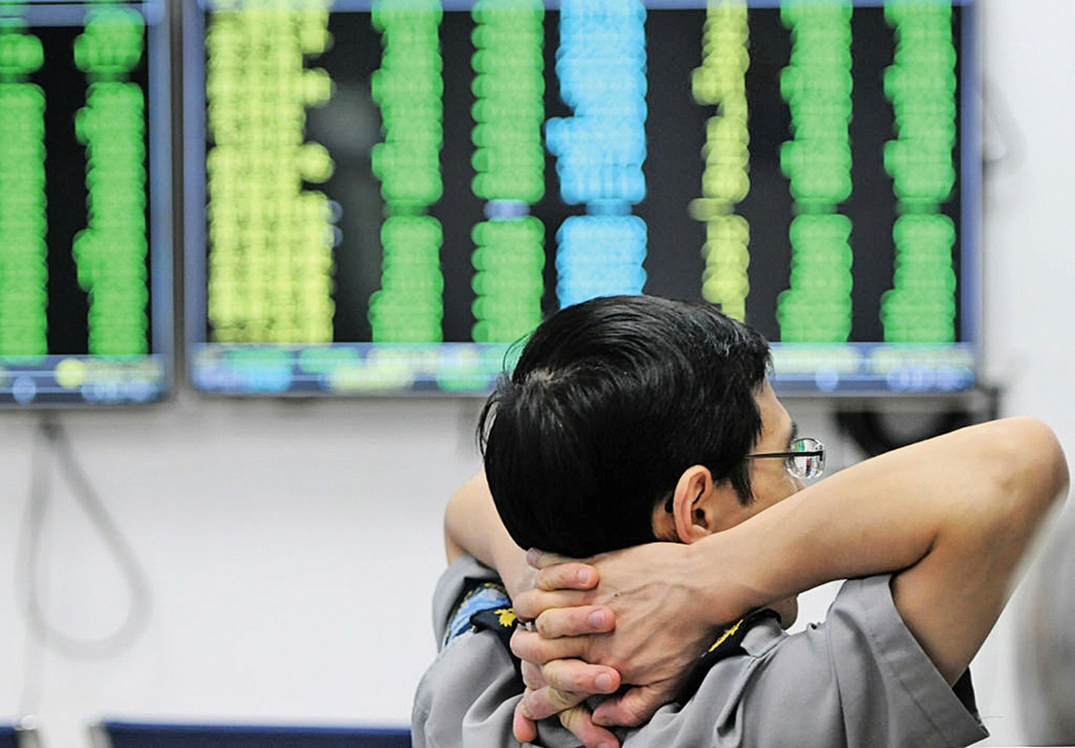 10月11日,A股史上新增一個關鍵交易日:滬深兩市開盤雙雙跳空大跌,午後繼續無量下跌,終場收盤,滬指不但擊穿2,638點「股災底」,而且失守2,600點關口,再創新低。 (AFP/Getty Images)